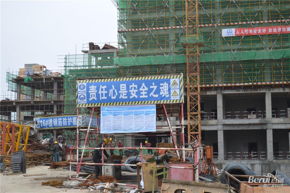 宝利丰广场工人正在进行施工建设 33/60