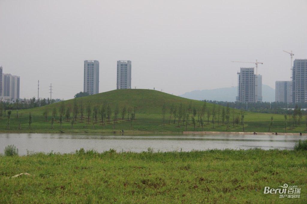 蓝光雍锦半岛旁边蜀西湖