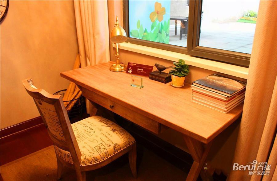 恒大绿洲样板间书桌一角