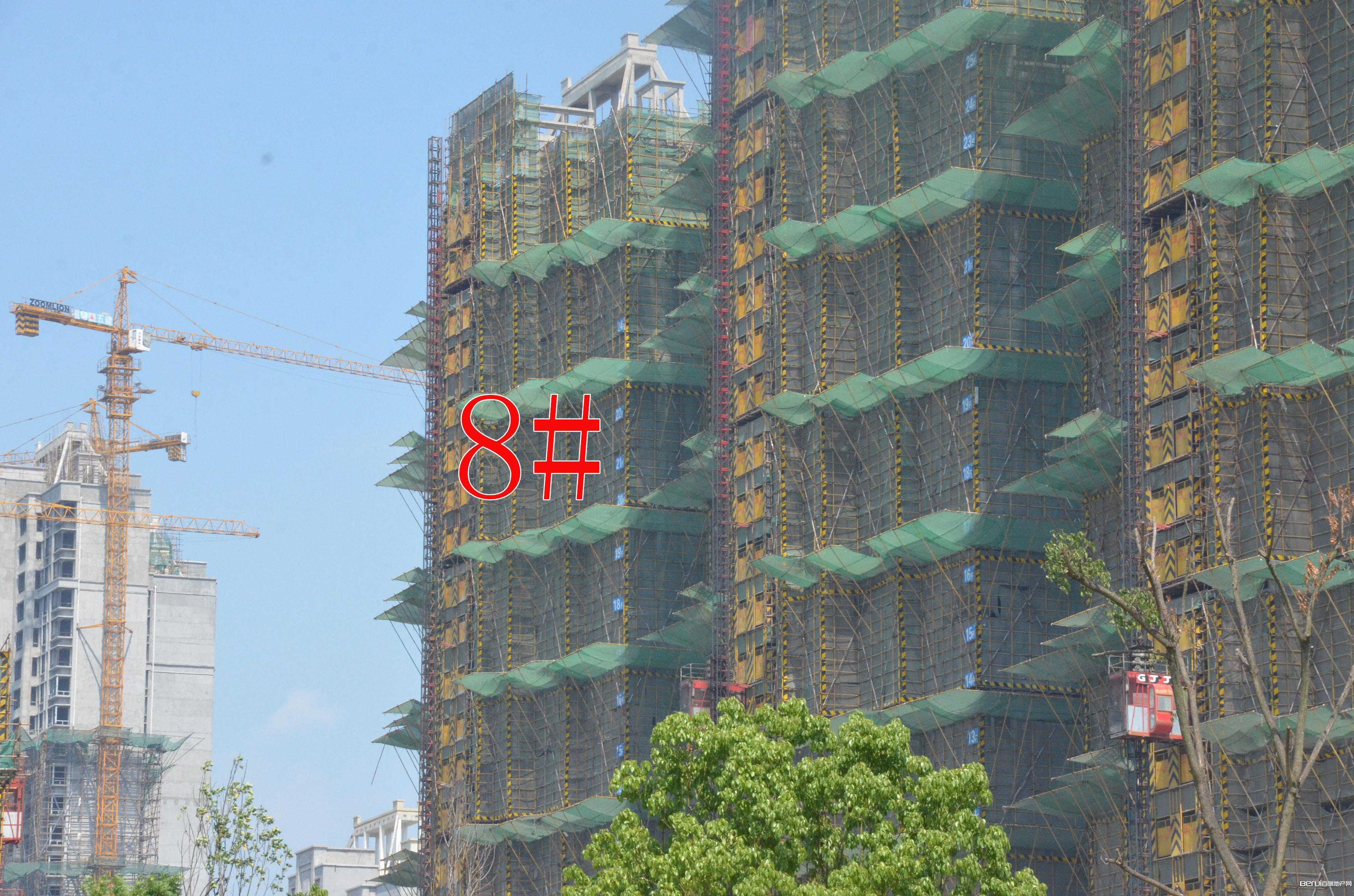 国贸天悦8#正在去除铁丝网