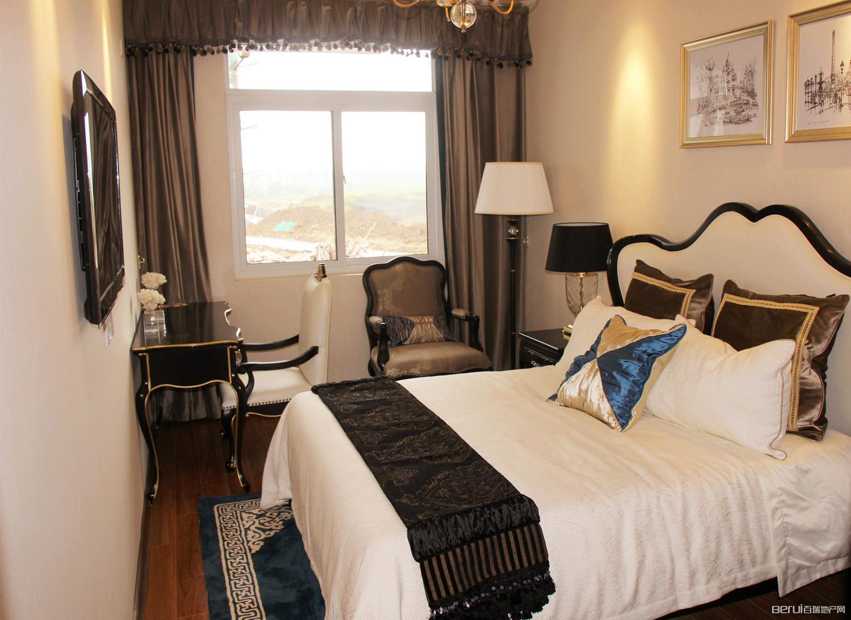 奥青城127㎡样板间宽敞南向次卧空间,采光条件好。